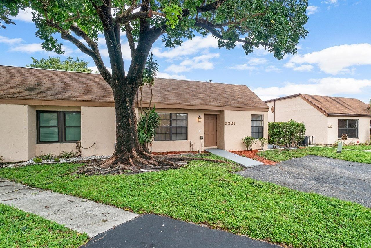 Photo of 5221 Tarregon Lane, Palm Beach Gardens, FL 33418 (MLS # RX-10671883)