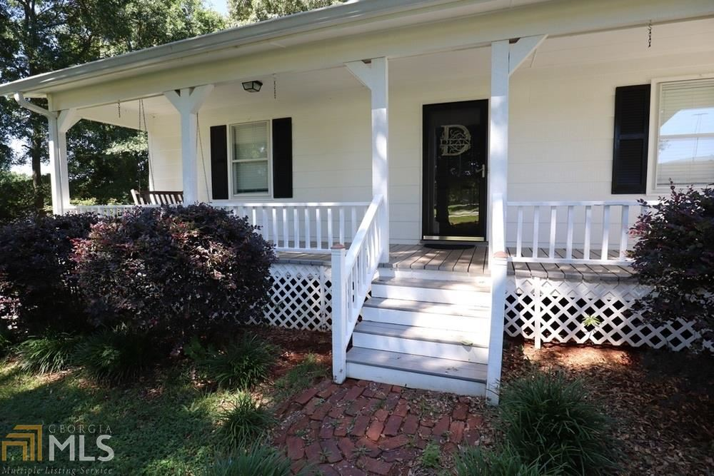 Photo for 394 Lakeview Dr, Commerce, GA 30529 (MLS # 8608578)