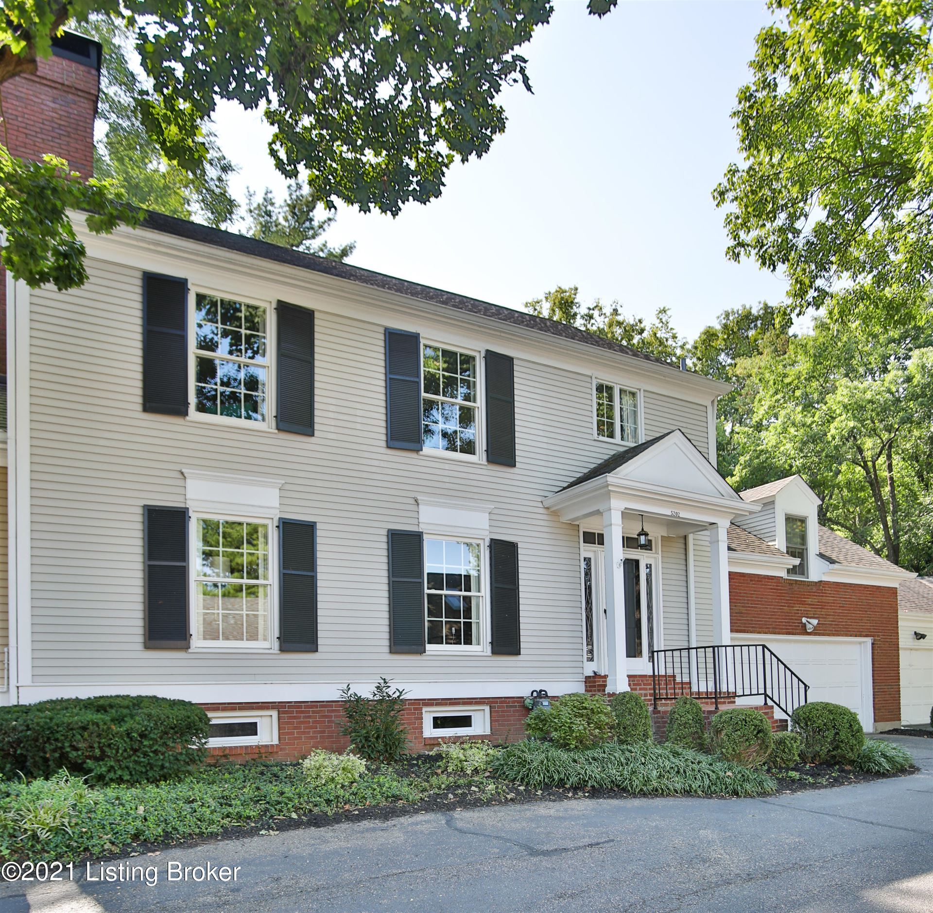 Photo for 5202 Indian Woods Ct, Louisville, KY 40207 (MLS # 1596265)