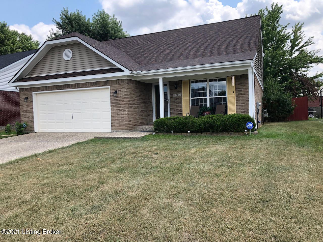 Photo for 5009 Cronin Dr, Louisville, KY 40245 (MLS # 1583596)