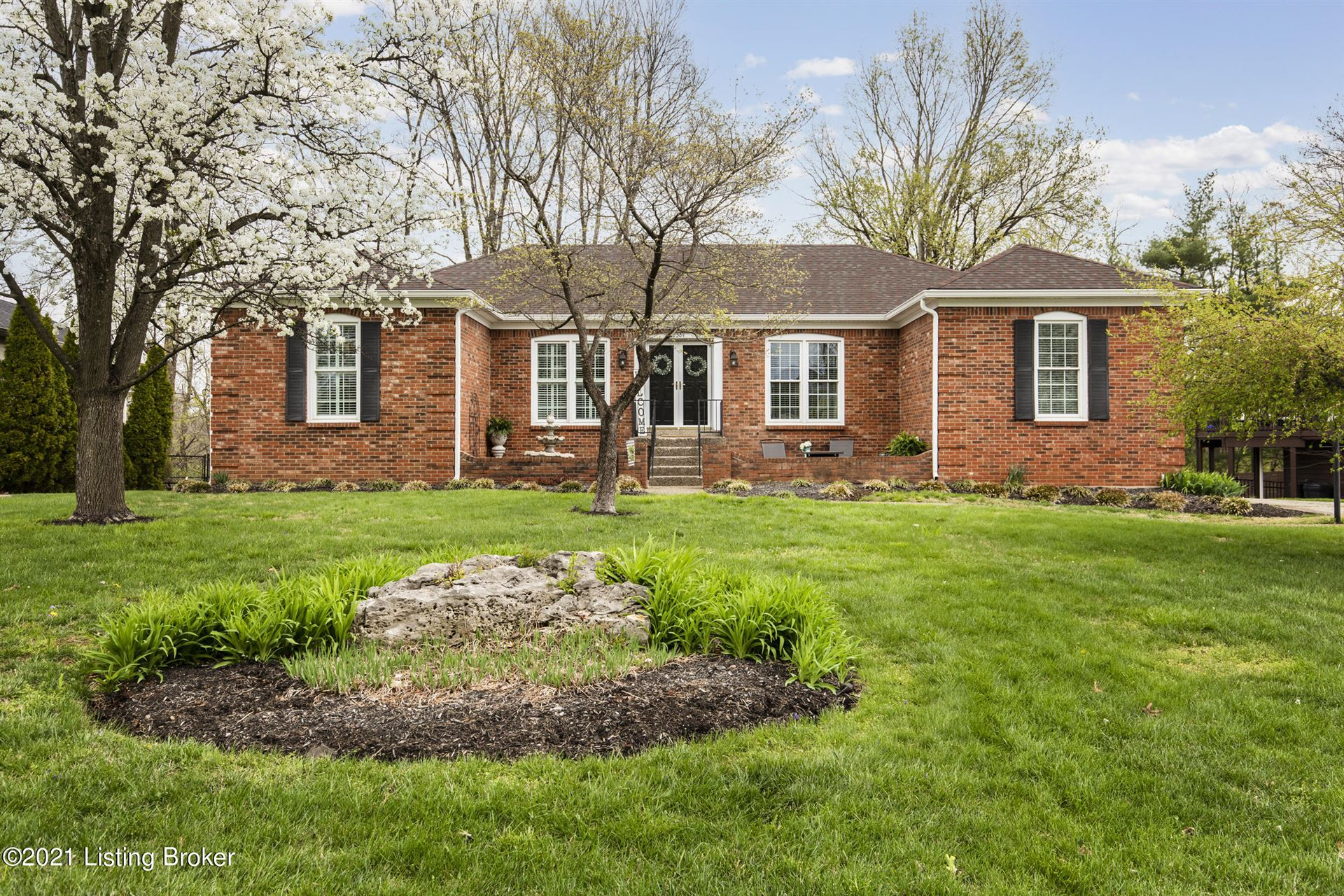 Photo for 2205 Bell Tavern Ct, Louisville, KY 40207 (MLS # 1582716)