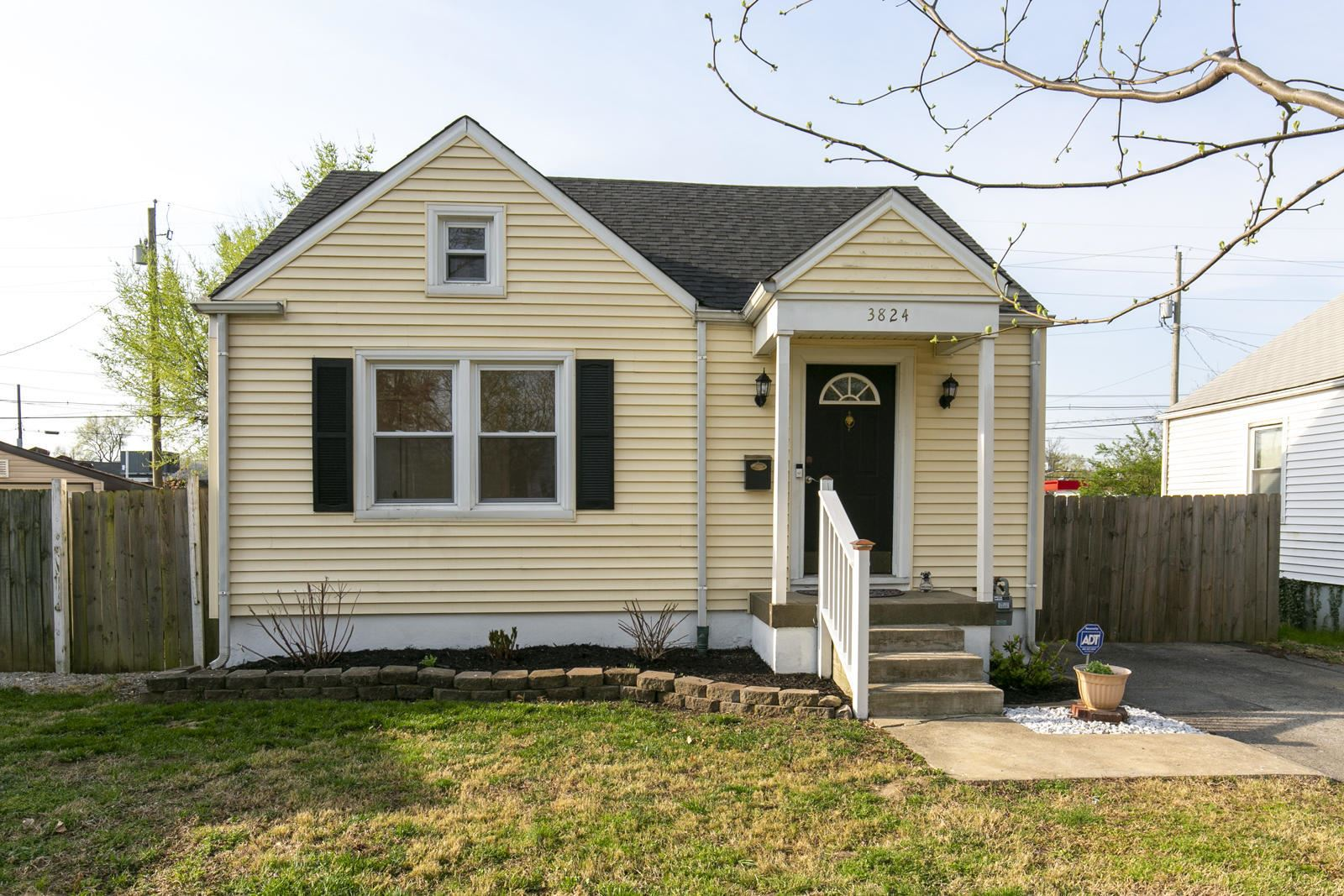 Photo for 3824 Staebler Ave, Louisville, KY 40207 (MLS # 1582748)