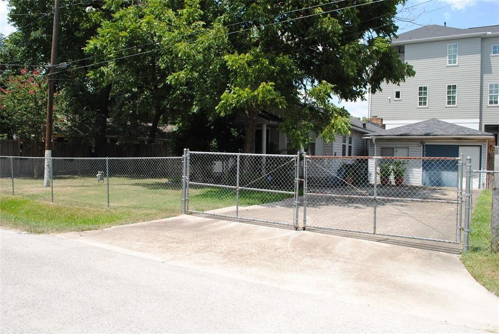 Photo for 1735 W 22nd Street, Houston, TX 77008 (MLS # 3979294)