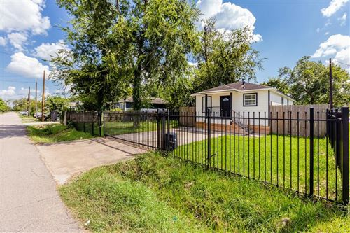 Photo of 802 E 40th Street, Houston, TX 77022 (MLS # 3832307)