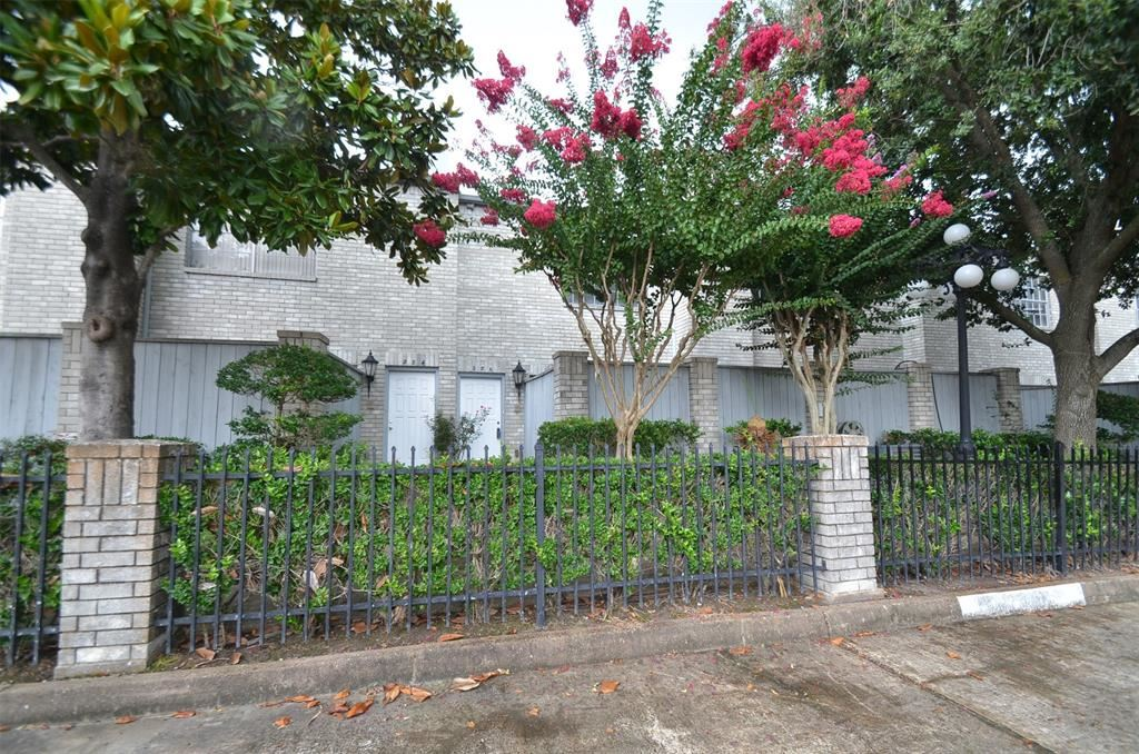 Photo for 286 Wilcrest Drive, Houston, TX 77042 (MLS # 18990395)