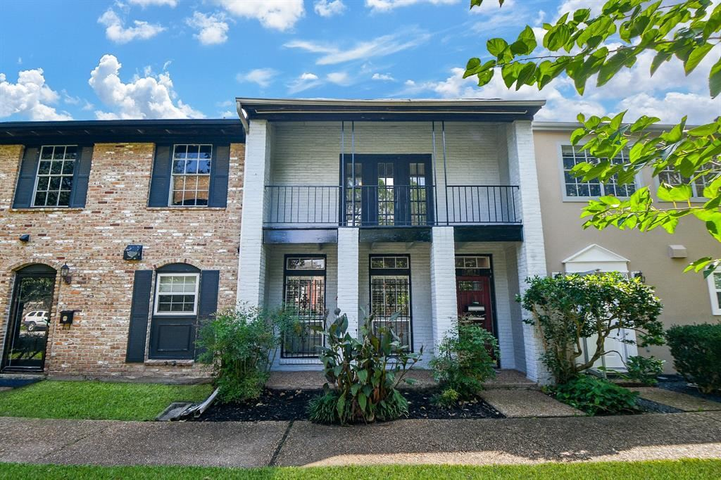 Photo for 940 Wycliffe Drive #9, Houston, TX 77079 (MLS # 34208511)