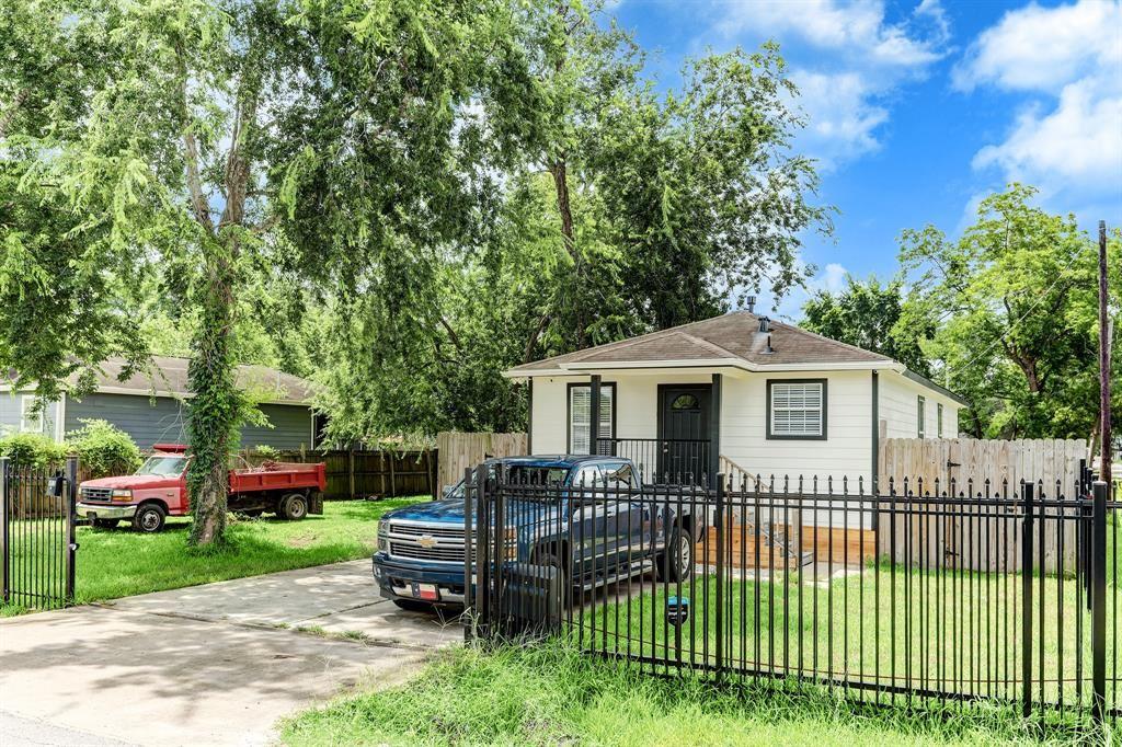 Photo for 800 E 40th Street, Houston, TX 77022 (MLS # 62473537)