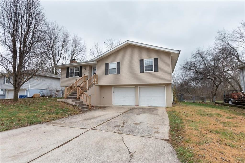 Photo of 1501 SE 19th Street, Oak Grove, MO 64075 (MLS # 2254050)