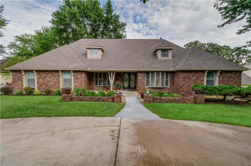 Photo for 9521 Olmstead Road, Kansas City, MO 64134 (MLS # 2234192)