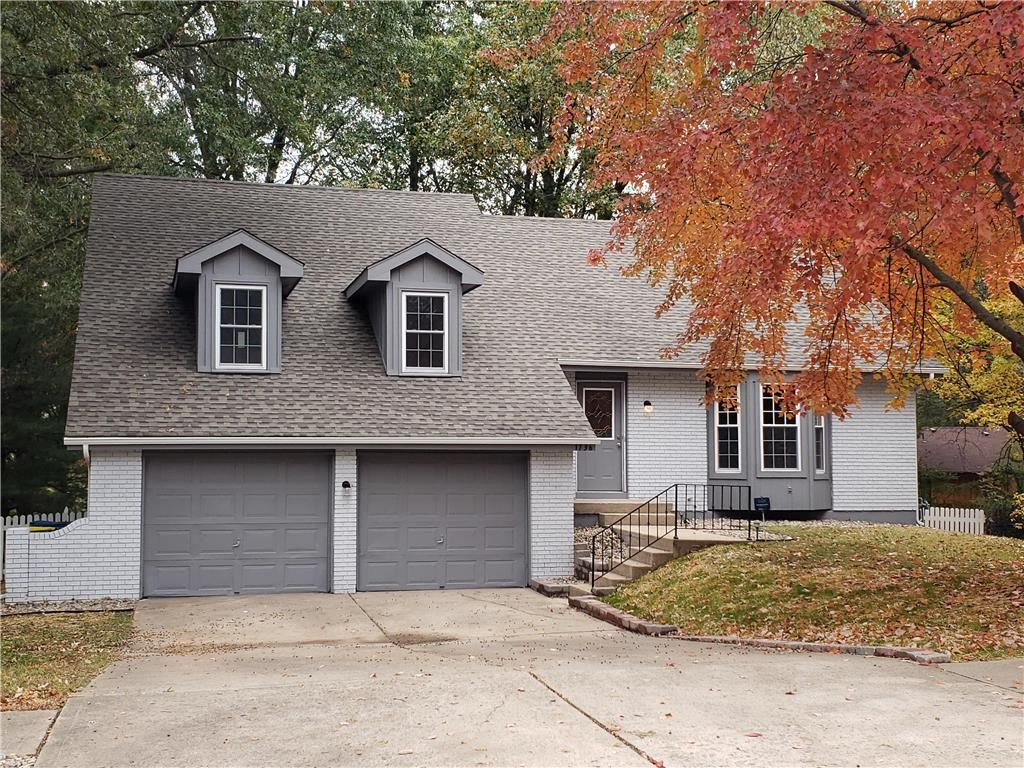 Photo for 1736 Bluebell Avenue, Liberty, MO 64068 (MLS # 2196233)