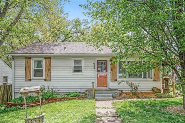 Photo for 9901 E SCARRITT Avenue, Independence, MO 64053 (MLS # 2321313)