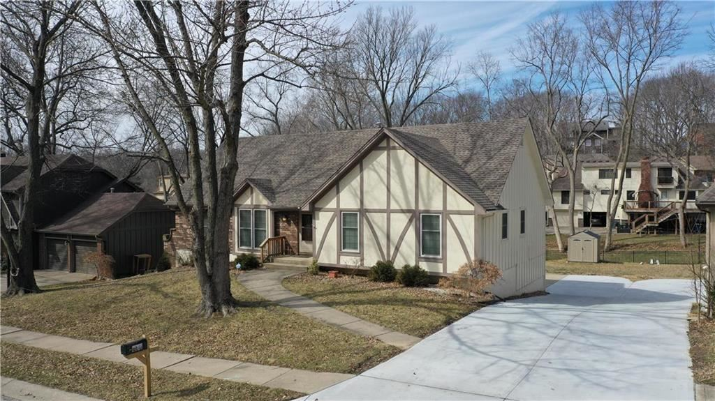 Photo of 600 Clayview Drive, Liberty, MO 64068 (MLS # 2210562)