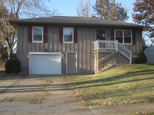 Photo of 1808 PARKWOOD Drive, Harrisonville, MO 64701 (MLS # 2199705)