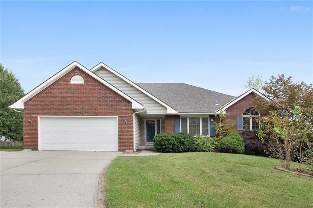 Photo for 905 Redwood Court, Liberty, MO 64068 (MLS # 2192879)