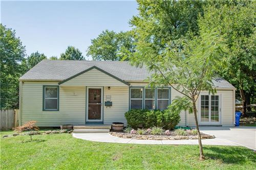 Photo of 7724 Robinson Street, Overland Park, KS 66204 (MLS # 2240917)