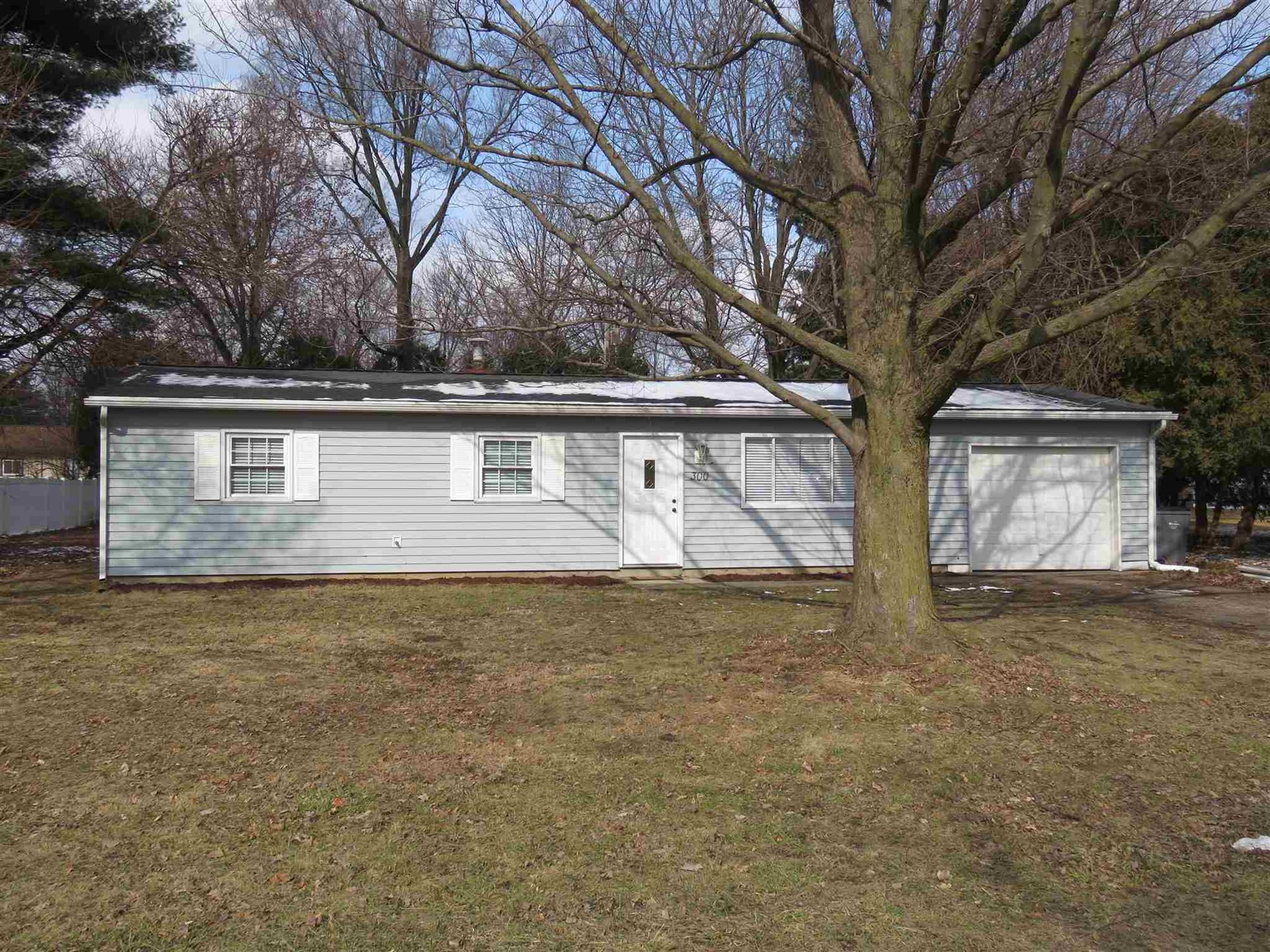 Photo of 300 E Pickwick Drive, Syracuse, IN 46567 (MLS # 202005300)