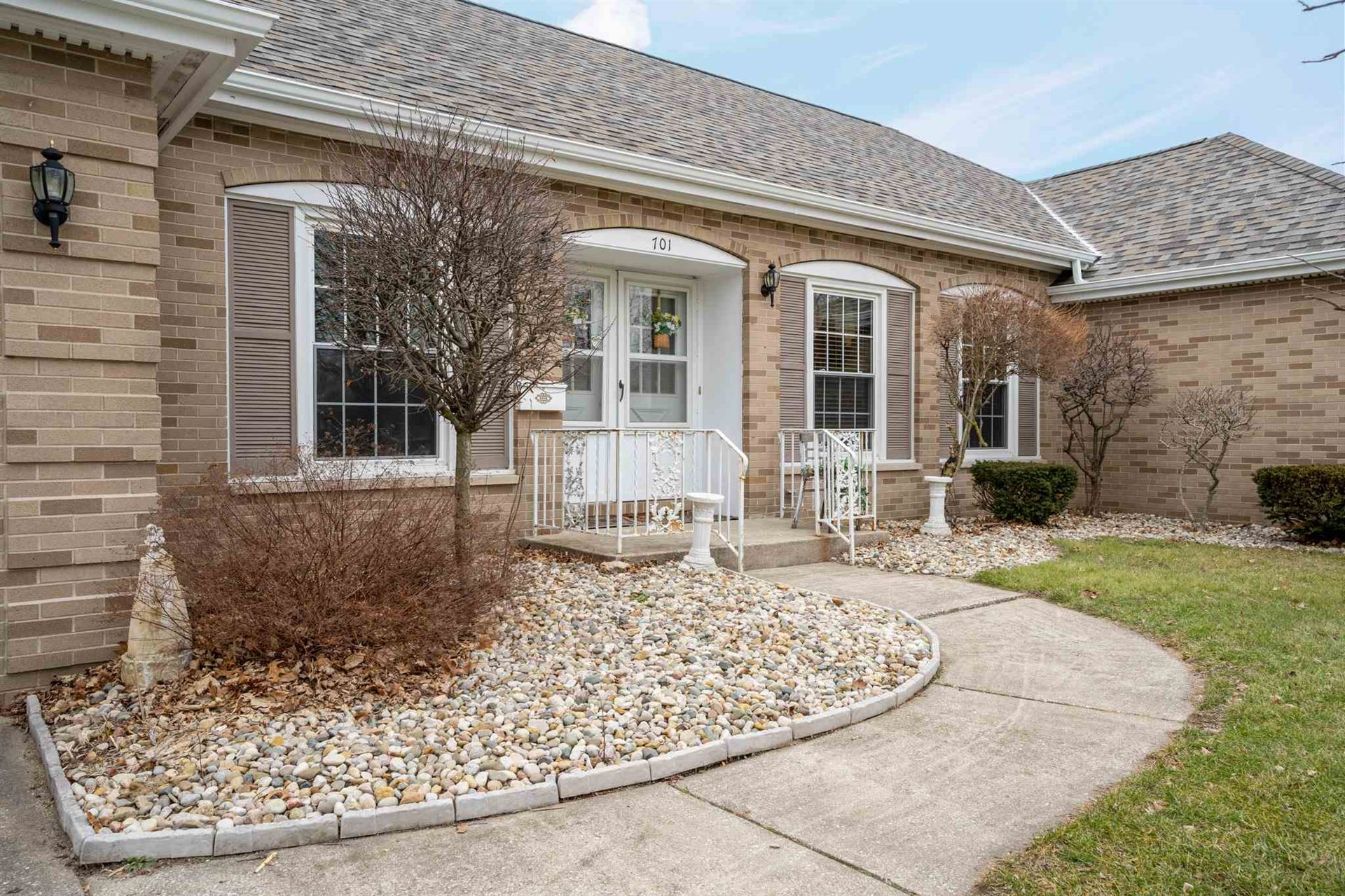 Photo of 701 S Kinder Drive, Syracuse, IN 46567 (MLS # 202004572)