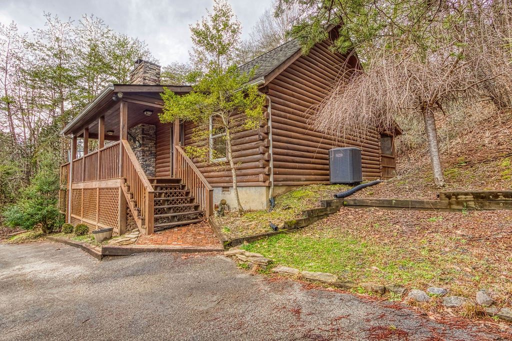 Photo of 1001 N Smoky Mountain Way, Sevierville, TN 37876 (MLS # 1108051)