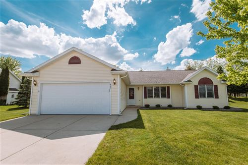 Photo of 962 Hickory Creek Dr, Oconomowoc, WI 53066 (MLS # 1691121)