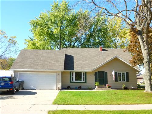 Photo of 118 Willow Dr, Hartland, WI 53029 (MLS # 1769231)