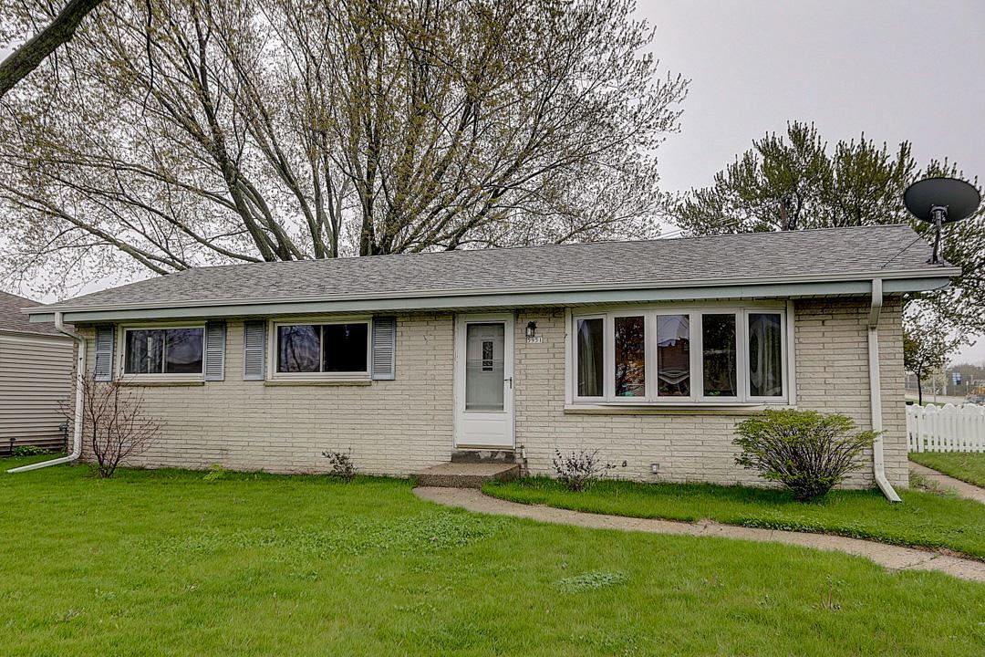 5951 W Bottsford Ave, Greenfield, WI 53220 - #: 1689637