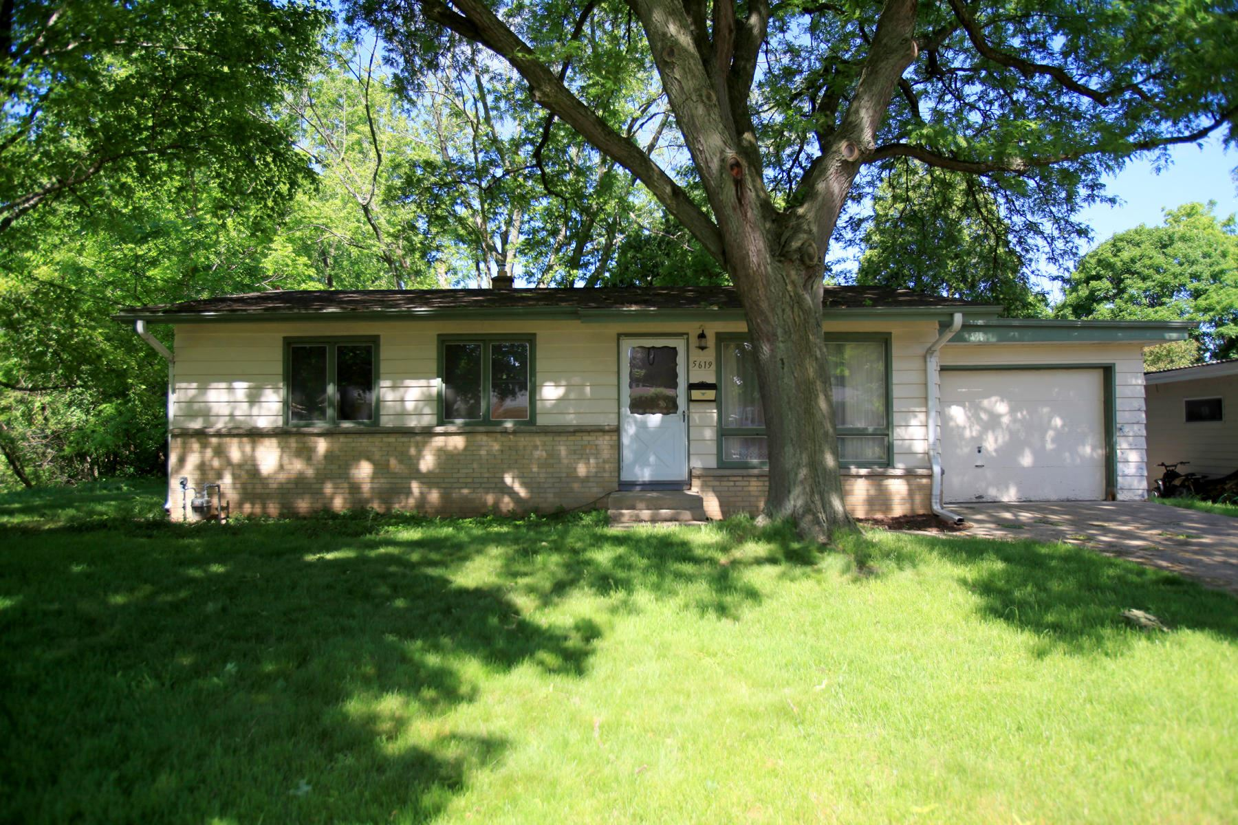 5619 Exeter St, Greendale, WI 53129 - #: 1693877