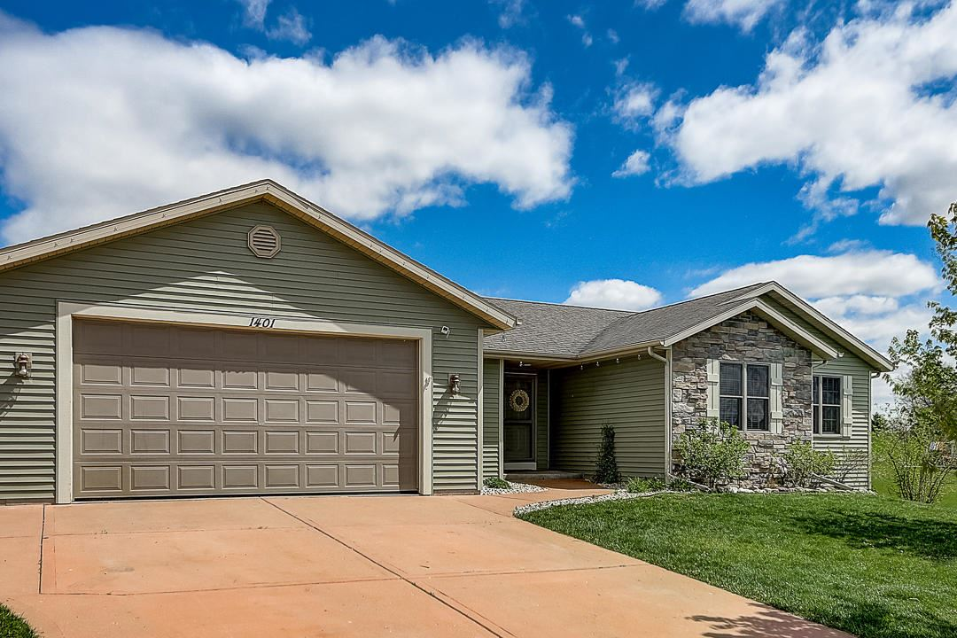 W1401 Valley View Ct, Ixonia, WI 53036 - #: 1690963