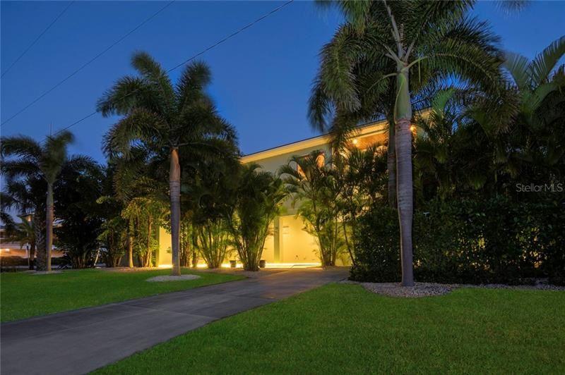 Photo of 721 GRANADA AVENUE, VENICE, FL 34285 (MLS # A4461126)