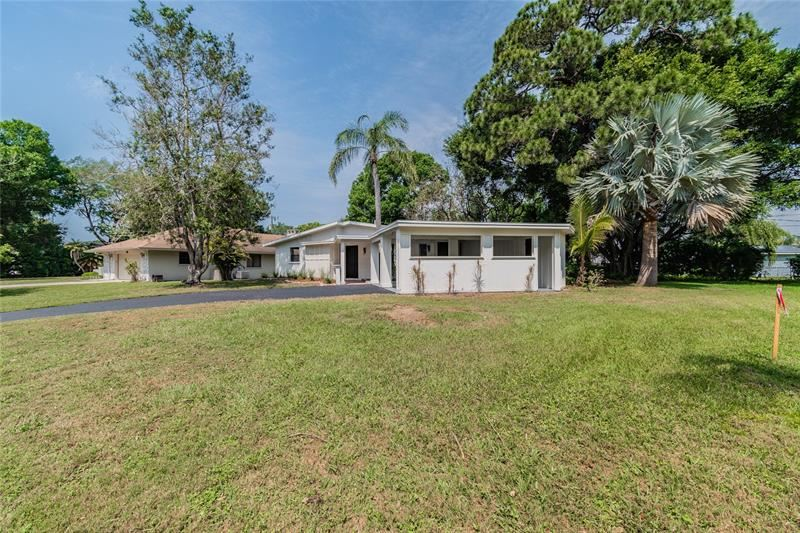 Photo of 615 SAINT ANDREWS DRIVE, SARASOTA, FL 34243 (MLS # U8120639)