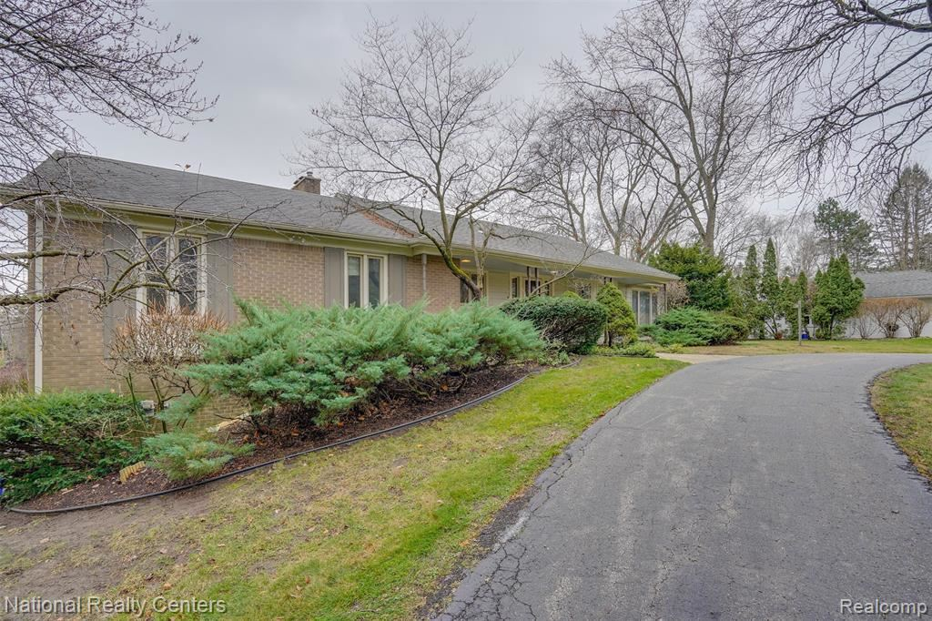 Photo for 6584 VALLEY SPRING RD, Bloomfield Hills, MI 48301-2839 (MLS # 40126055)