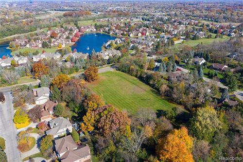 Photo of 700 E SQUARE LAKE RD, Bloomfield Hills, MI 48304-1842 (MLS # 40138140)