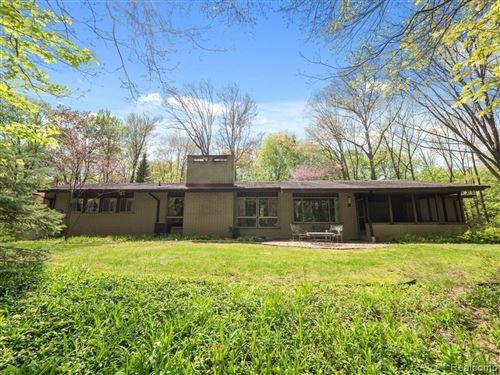 Photo of 1010 BURNHAM RD, Bloomfield Hills, MI 48304-2973 (MLS # 40203305)