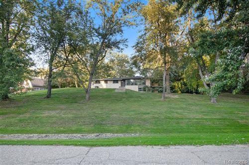 Photo of 4455 CHARING CROSS RD, Bloomfield Hills, MI 48304-3111 (MLS # 40242315)