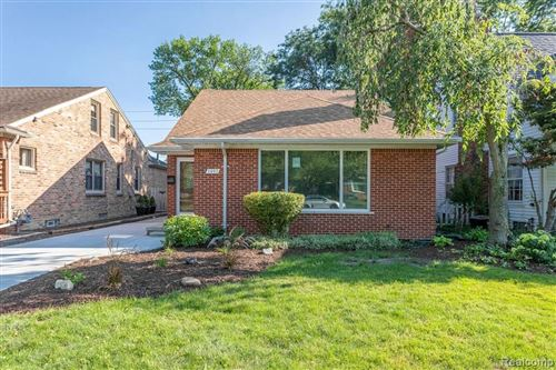 Photo of 1497 ROSLYN RD, Grosse Pointe Woods, MI 48236-1054 (MLS # 40102396)