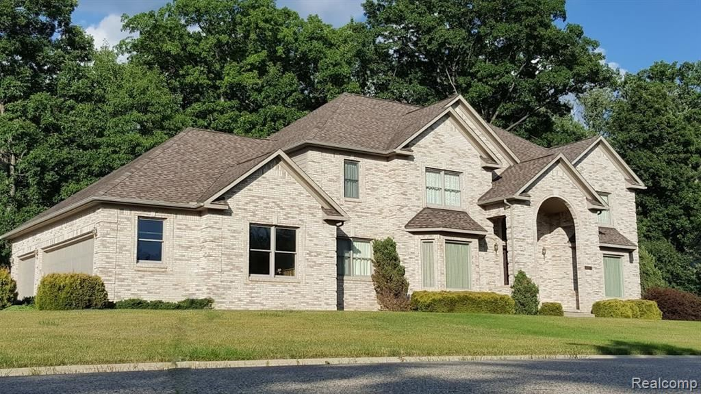 Photo of 2103 WILLOW LEAF DR, Rochester Hills, MI 48309-3733 (MLS # 40027407)