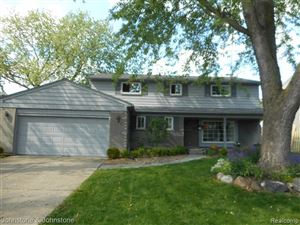 Photo of 1002 WOODS LN, Grosse Pointe Woods, MI 48236-1157 (MLS # 21622436)