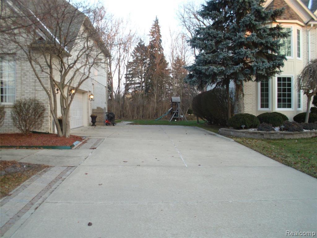 Photo of 2441 BURNINGBUSH DR, Sterling Heights, MI 48314-4524 (MLS # 40007489)