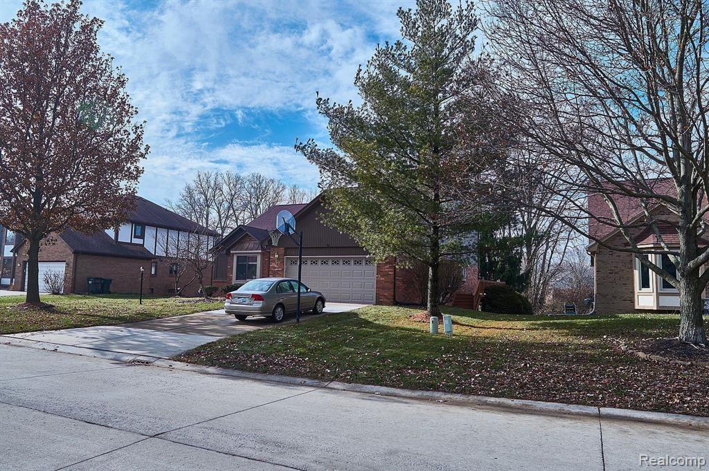 Photo of 1240 BEMBRIDGE DR, Rochester Hills, MI 48307-5717 (MLS # 40026578)