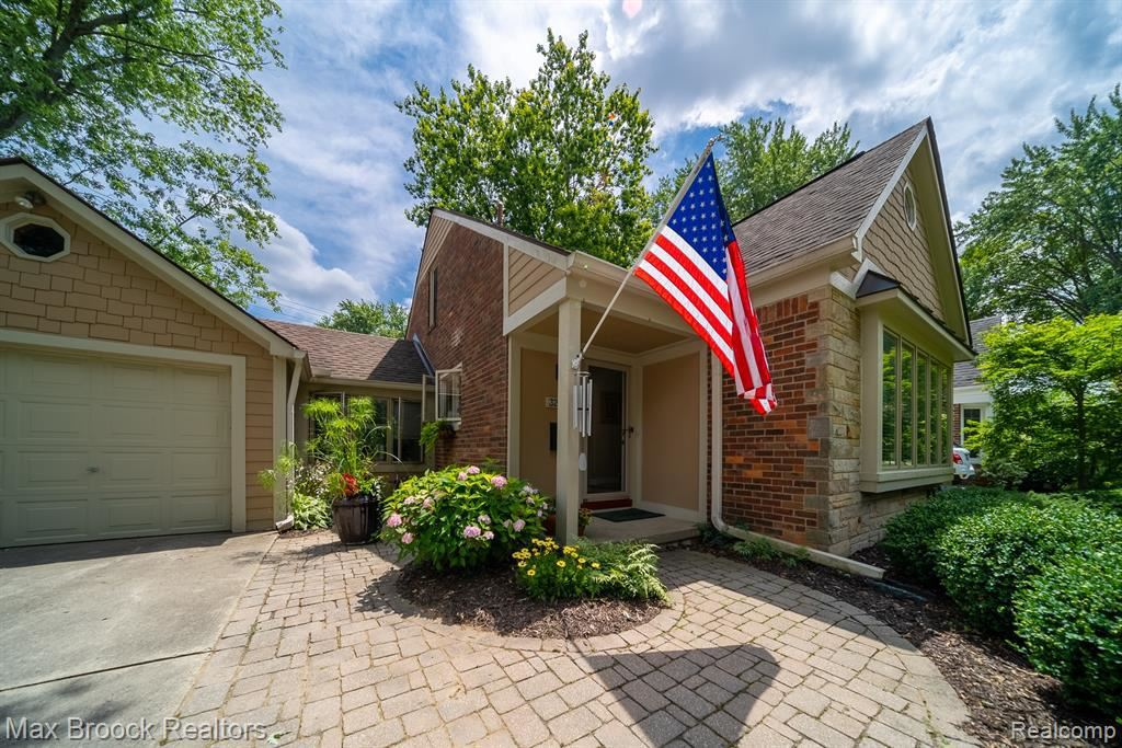 Photo for 32222 SHERIDAN DR, Beverly Hills, MI 48025-4249 (MLS # 40197630)