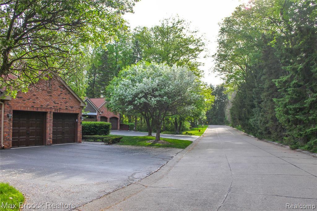 Photo for 4053 HIDDEN WOODS DR, Bloomfield Hills, MI 48301-3130 (MLS # 40146952)