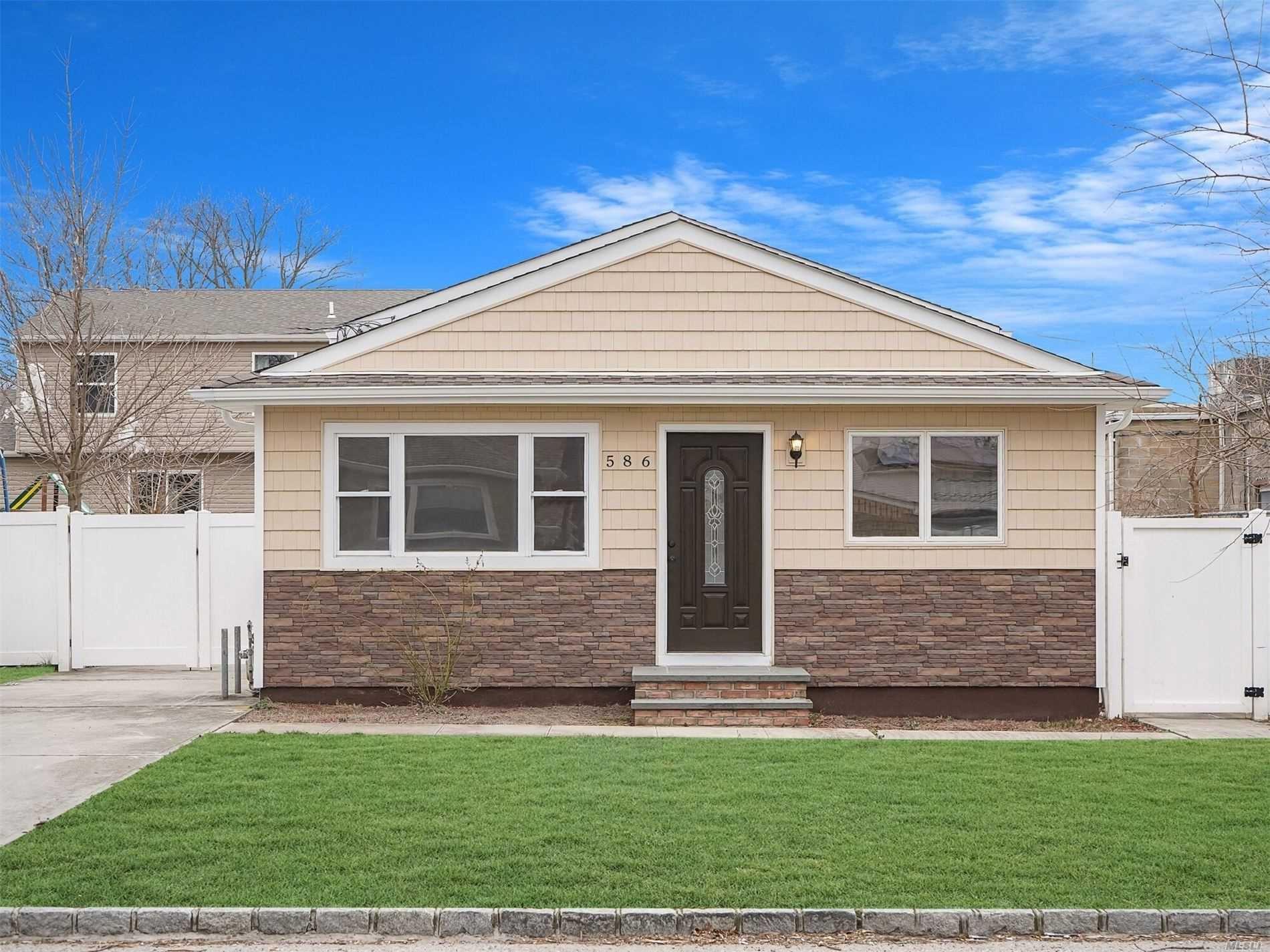 586 S 8th St, Lindenhurst, NY 11757 - MLS#: 3215087