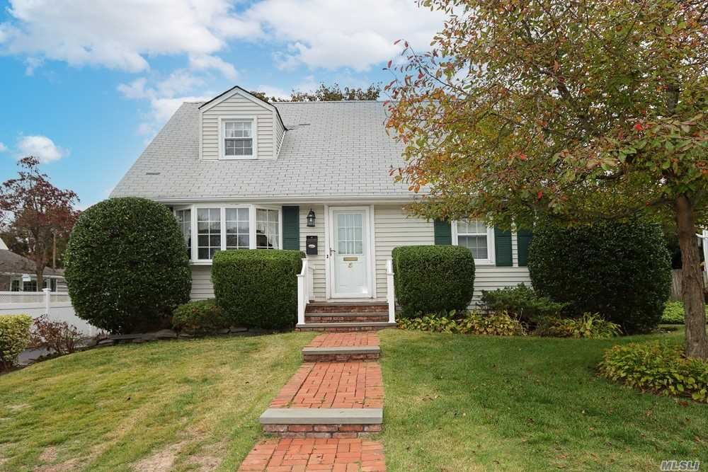 Photo of 5 Hawthorne Road, East Norwich, NY 11732 (MLS # 3262252)