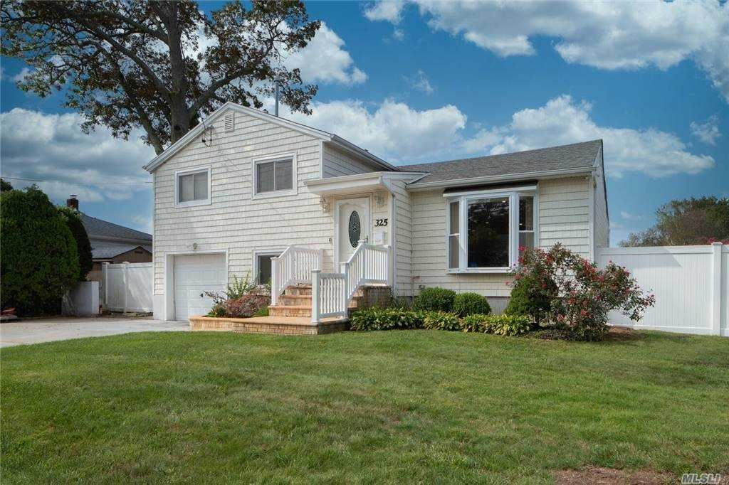 Photo of 325 Unqua Rd, Massapequa, NY 11758 (MLS # 3252290)