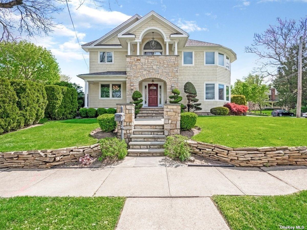 Photo of 32 Florence Avenue, Oyster Bay, NY 11771 (MLS # 3309410)