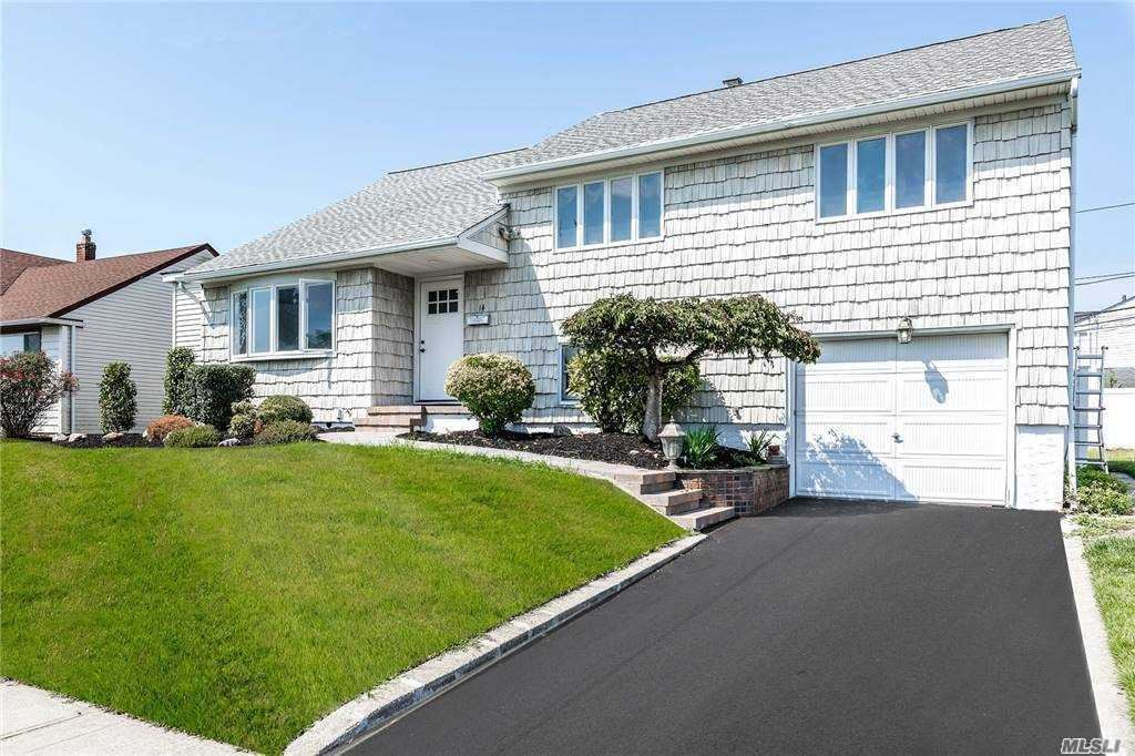 Photo of 14 Pembroke Drive, Massapequa, NY 11758 (MLS # 3251435)