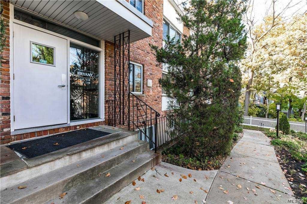 Photo of 200 Lexington Avenue #3H, Oyster Bay, NY 11771 (MLS # 3267436)