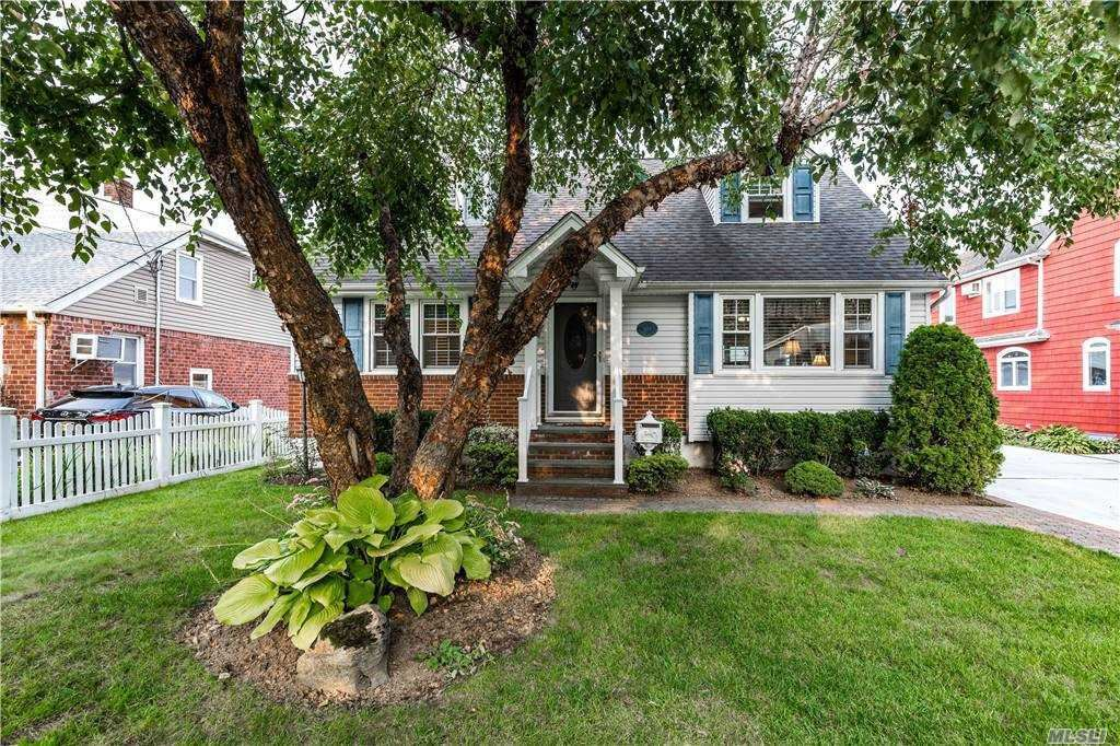Photo of 1989 Bergen St, Bellmore, NY 11710 (MLS # 3252629)