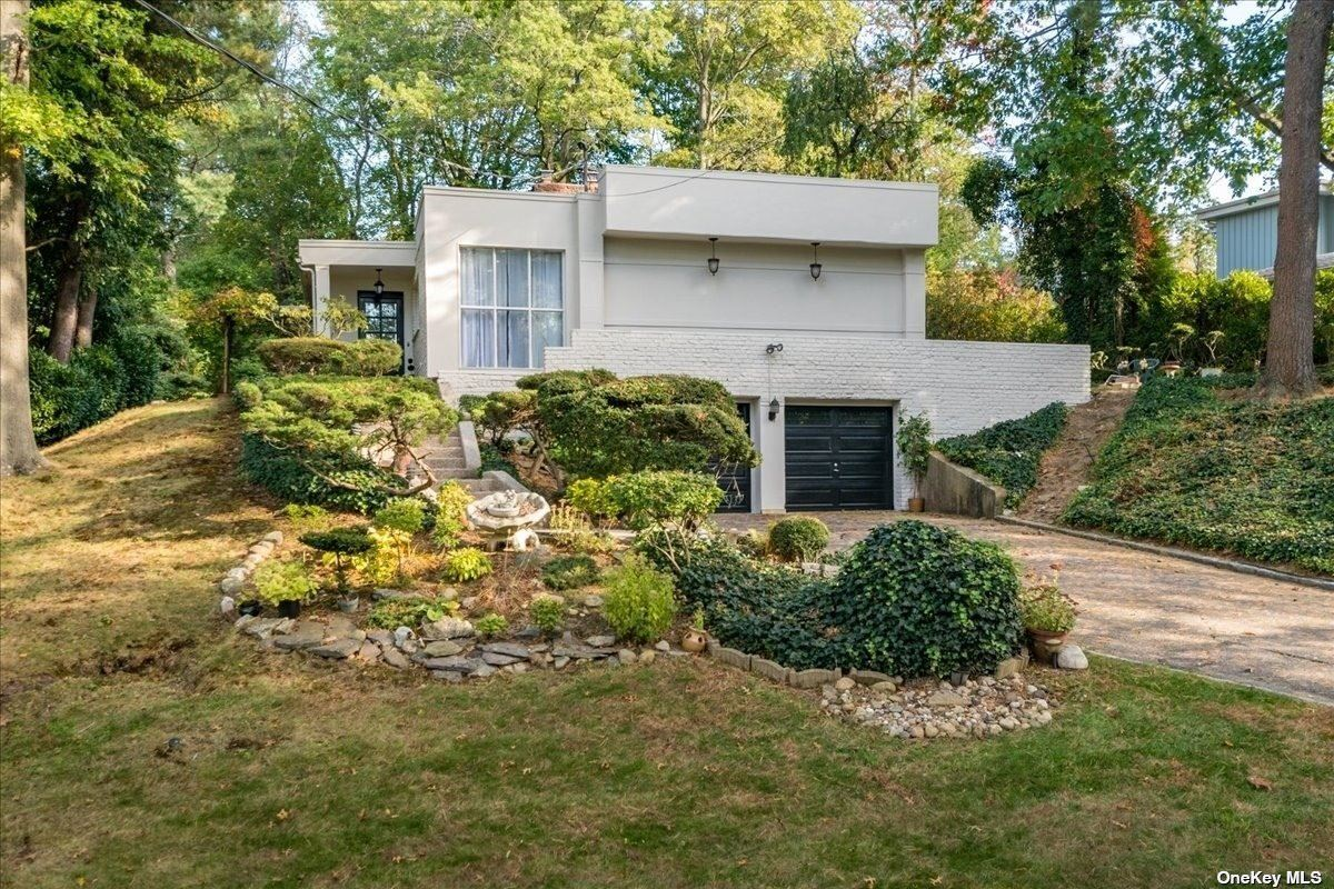 Photo of 88 The Intervale, Roslyn, NY 11576 (MLS # 3354705)