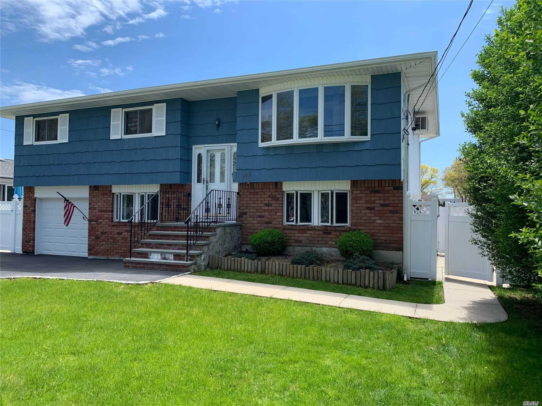 342 W 3rd St, West Islip, NY 11795 - MLS#: 3215889