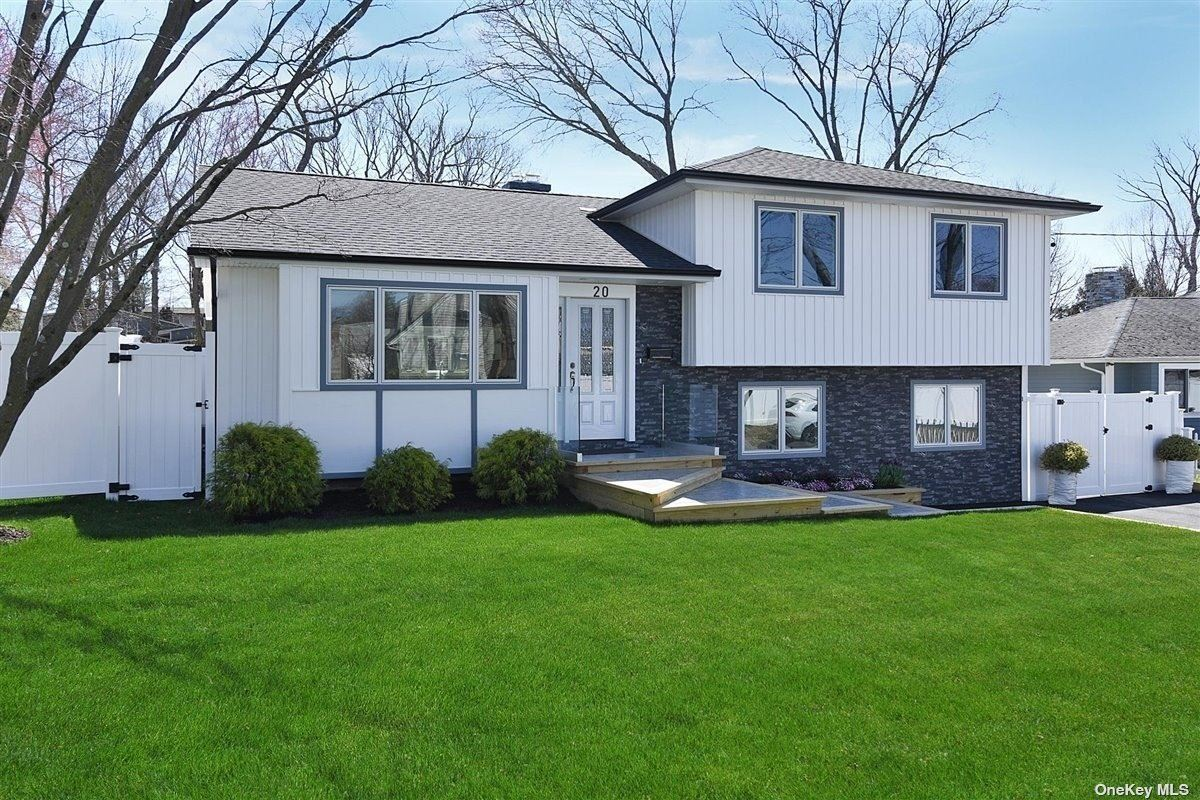 Photo of 20 Furman Place, East Norwich, NY 11732 (MLS # 3309945)